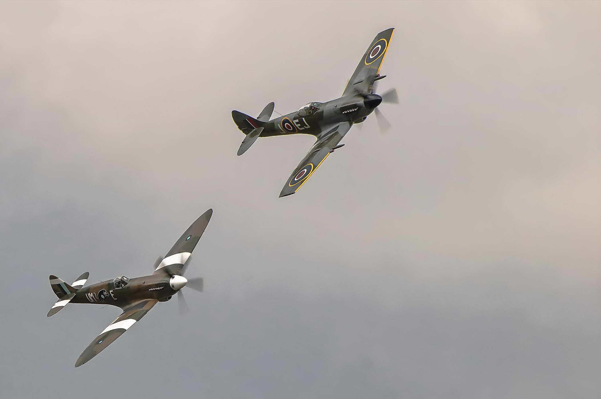 Supermarine Spitfire PR XIX PS890 & Spitfire MK XIV MV268